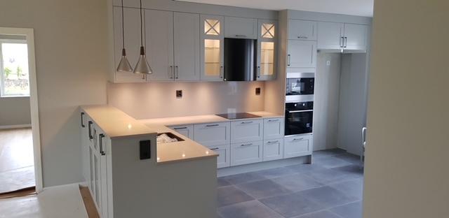 Utförd installation av LED-lys och spotlights på modern kök i familjehus.