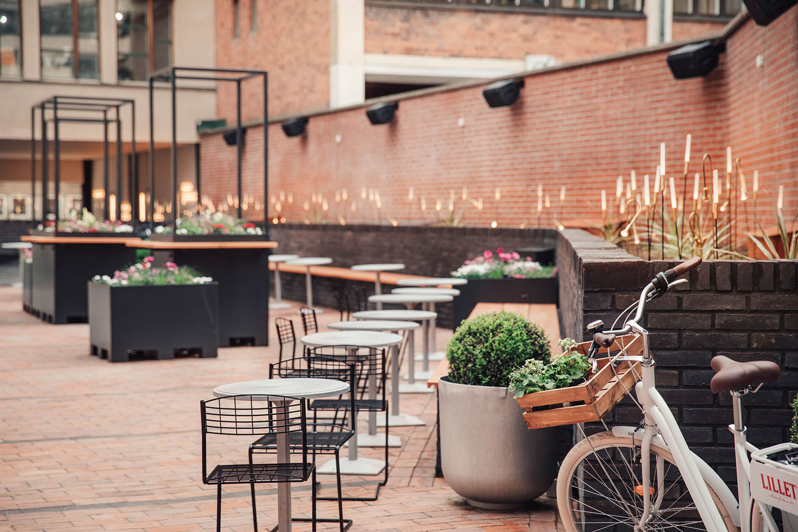 Vi erbjuder högkvalitativa lösningar inom ljusdesign i Stockholm, som här på innegården av Blique by Nobis i Stockholm.