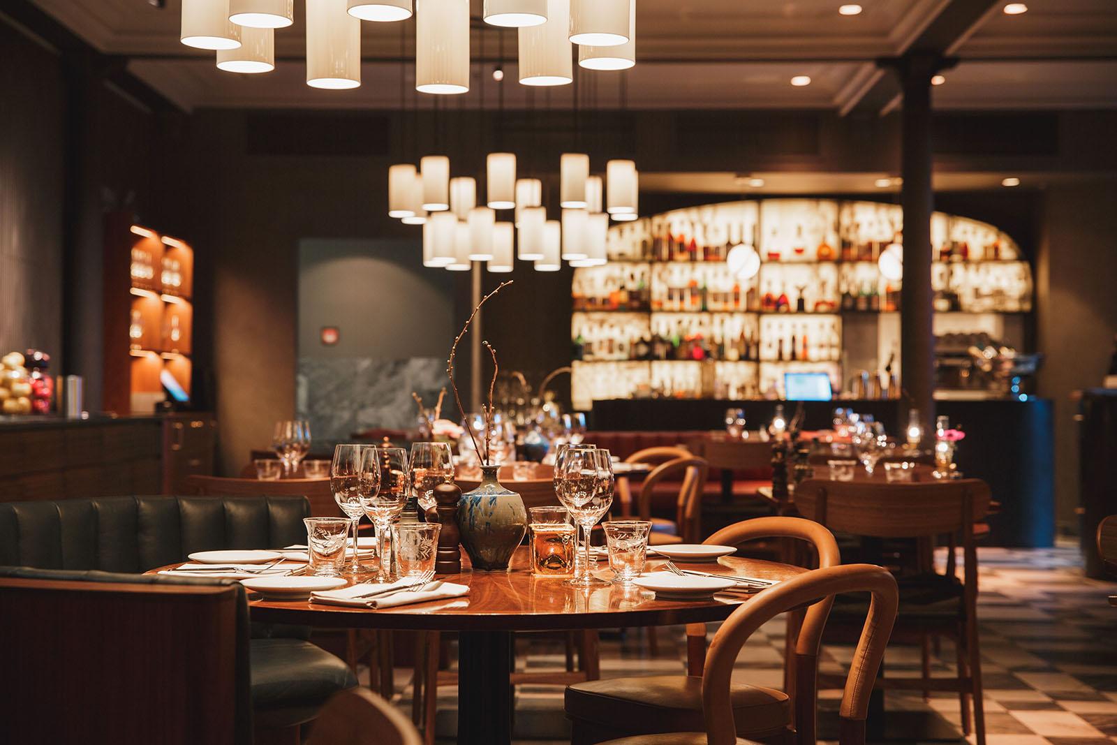 Vi levererar högkvalitativa lösningar inom ljusdesign i Stockholm, som här på Restaurang NOI, Nobis Hotel Stockholm.
