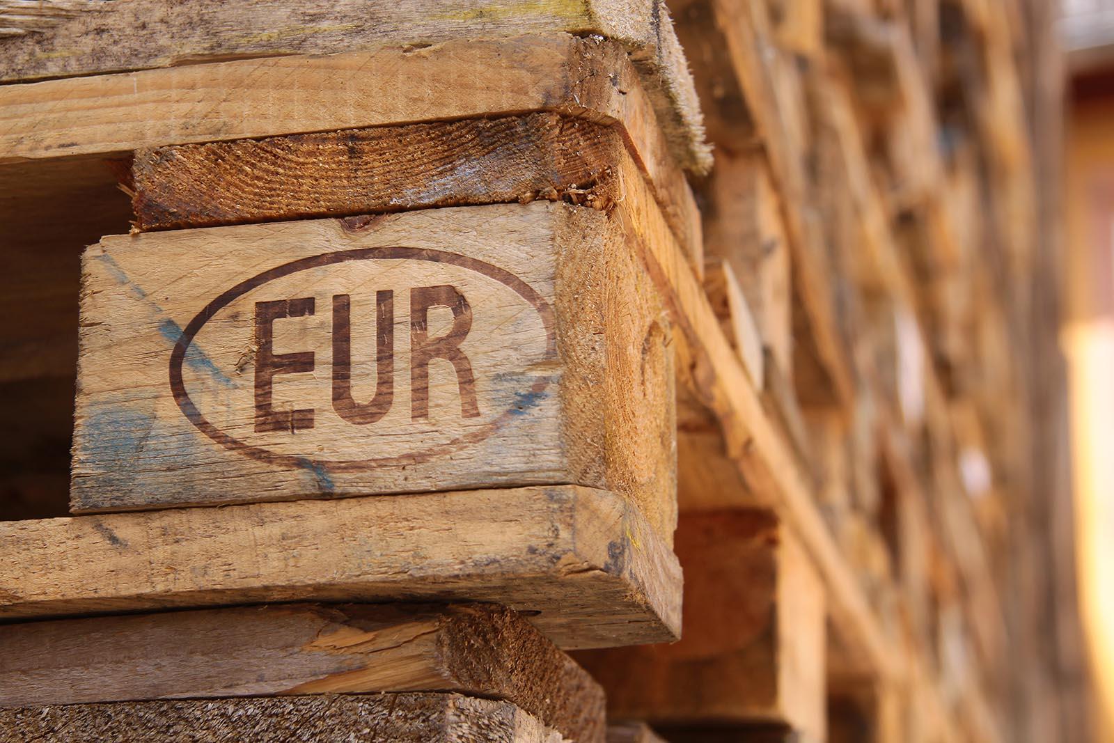 """Vi både köper och säljer standardmodellen av lastpallar: den gamla hederliga A-pallen, även kallad godkänd EUR-pall. Alltid märkta med """"EUR"""" eller """"EPAL"""". Kontakta oss för att sälja lastpall!"""