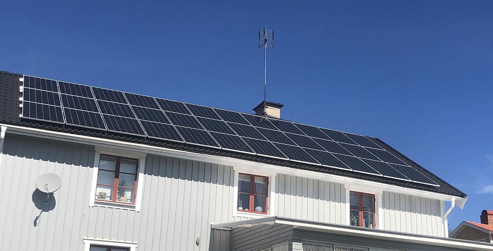 Solceller Tranås. Solpaneler på ett bostadshus i Tranås.