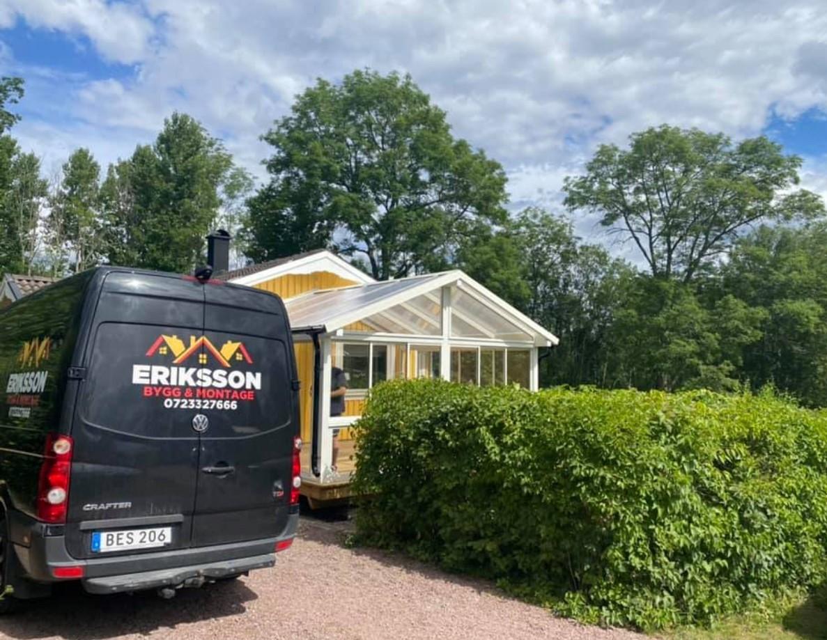 Eriksson Bygg och Montage servicebil står parkerad utanför ett sommarhus.