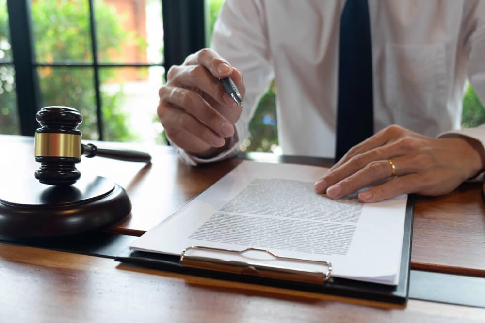 jurist läser papper