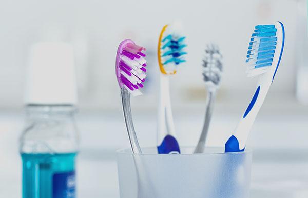 glas med tandborstar