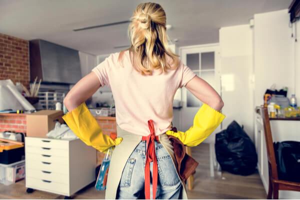 kvinna som städar