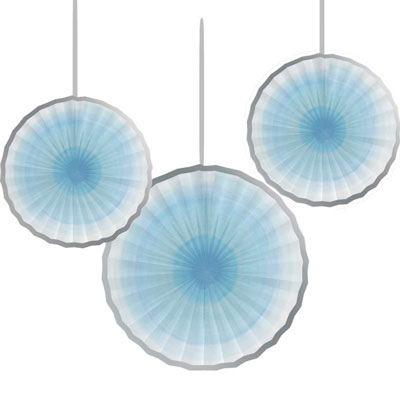 Ljusblå pappersrosetter som dekoration