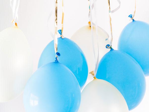 Hängande ballonger från taket