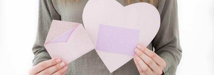 Vik ett kuvert av ett hjärta