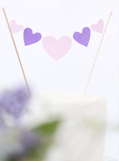 Smycka tårtan med girlang av hjärtan