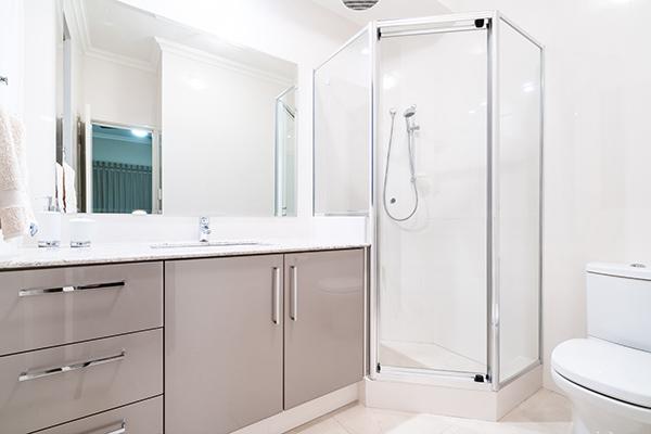 vitt nyrenoverat badrum i dalarna
