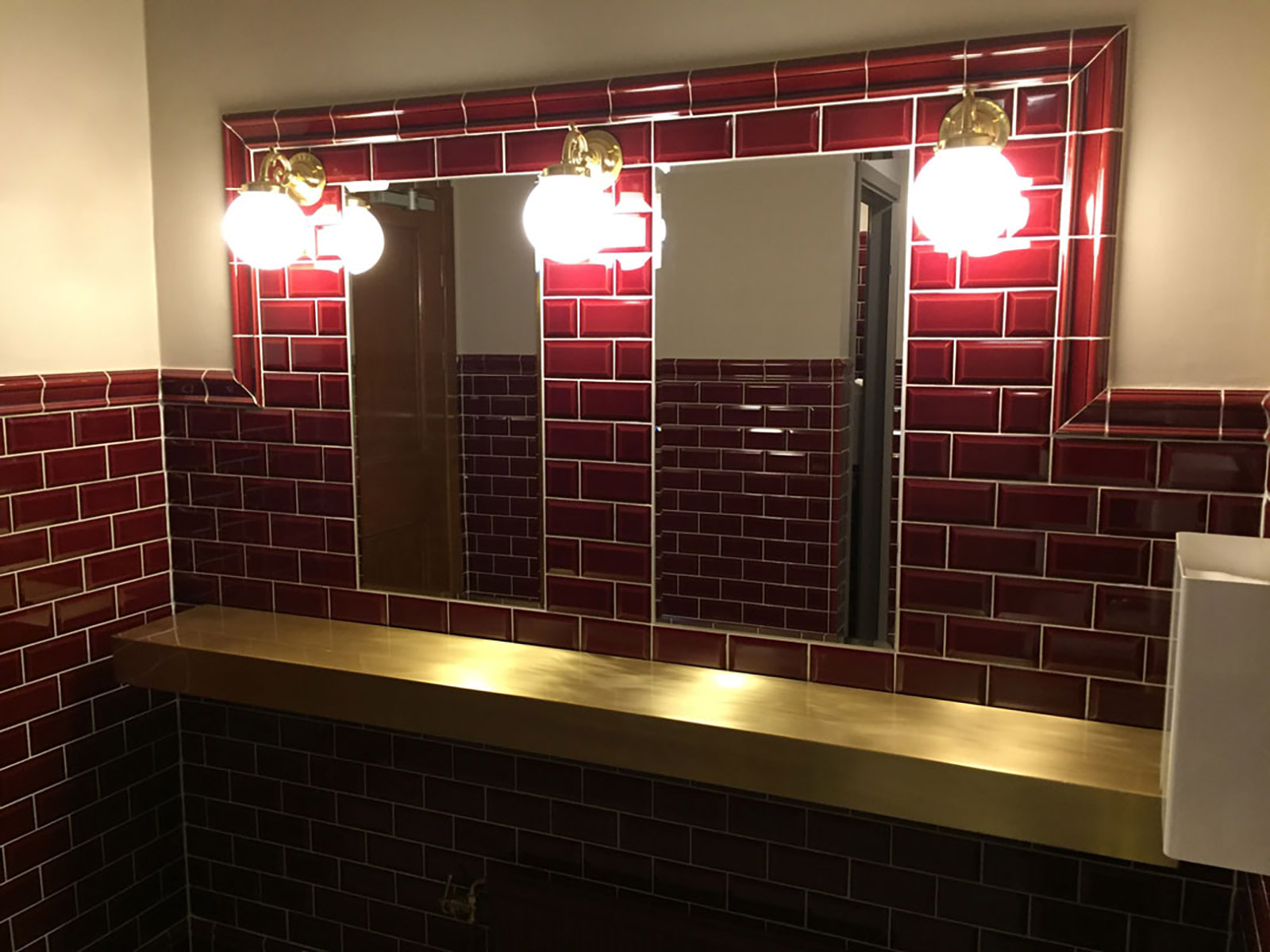 All vår badrumsrenovering i Linköping utförs självklart av skickliga hantverkare och plattsättare som är specialiserade på området. Här är en referensbild på ett badrum som vi har renoverat till Teatern i Linköping t.ex.