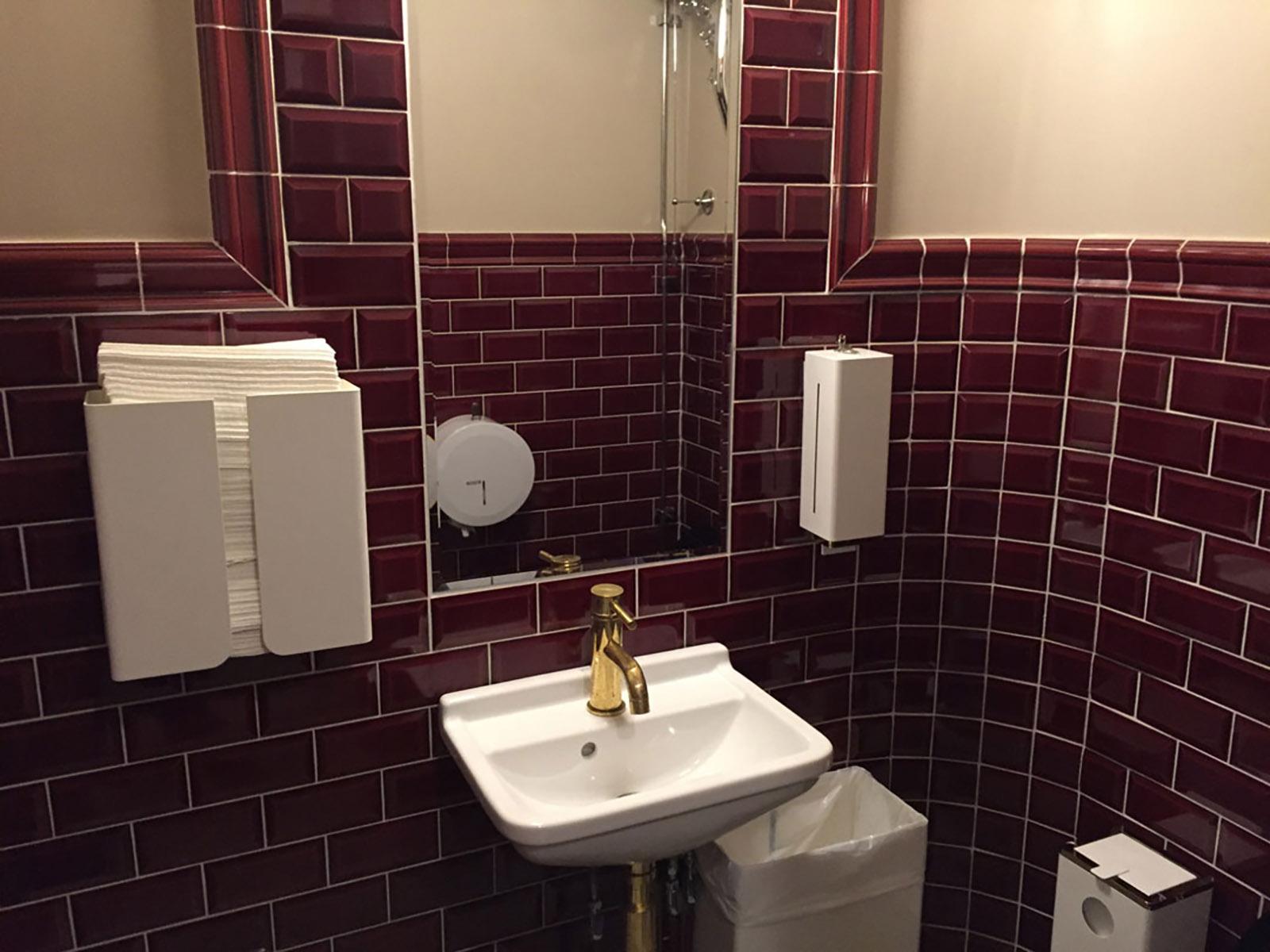 Tack vare våra kunniga hantverkare och plattsättare kan vi alltid leverera ett exemplariskt slutresultat vid både plattsättning som badrumsrenovering i Linköping. Här har vi renoverat ett badrum på Teatern i Linköping exempelvis!