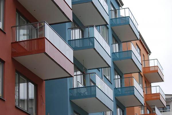 perforerat balkongräcke i färg