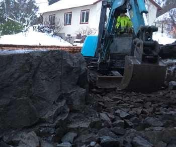 Schakt med grävmaskin i Stockholm