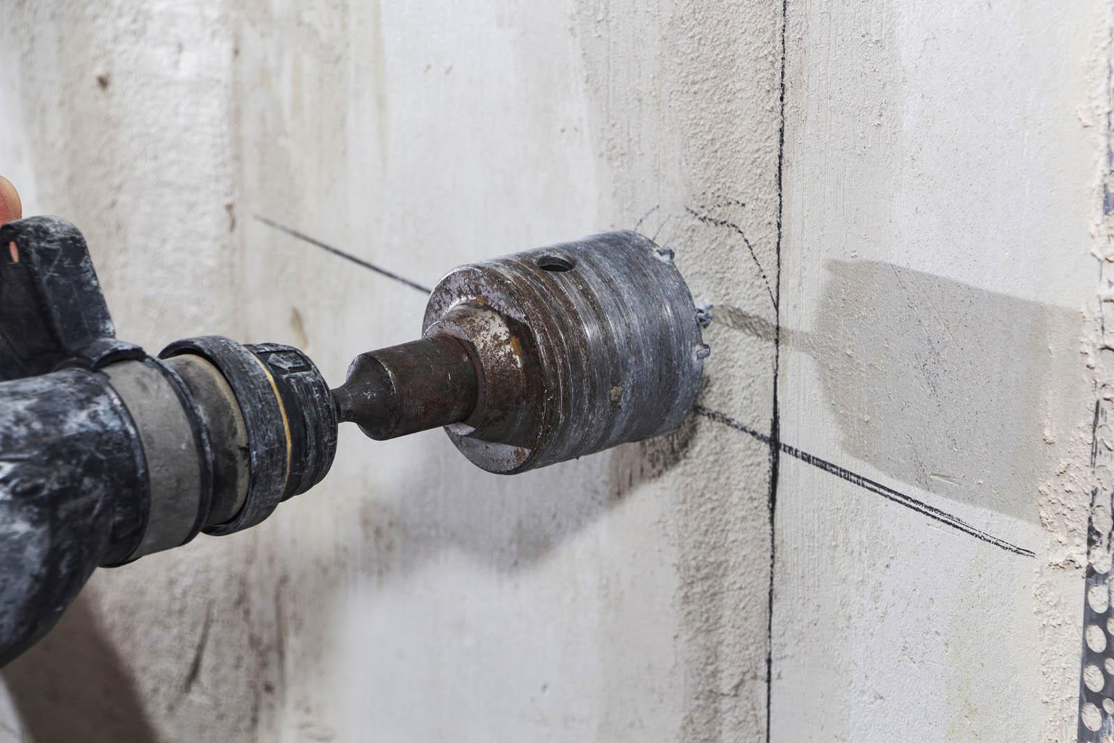Vi utför både mer och mindre omfattande arbeten inom betonghåltagning, oavsett ändamål. Självklart använder vi oss av moderna maskiner för att säkerställa bästa möjliga resultat.