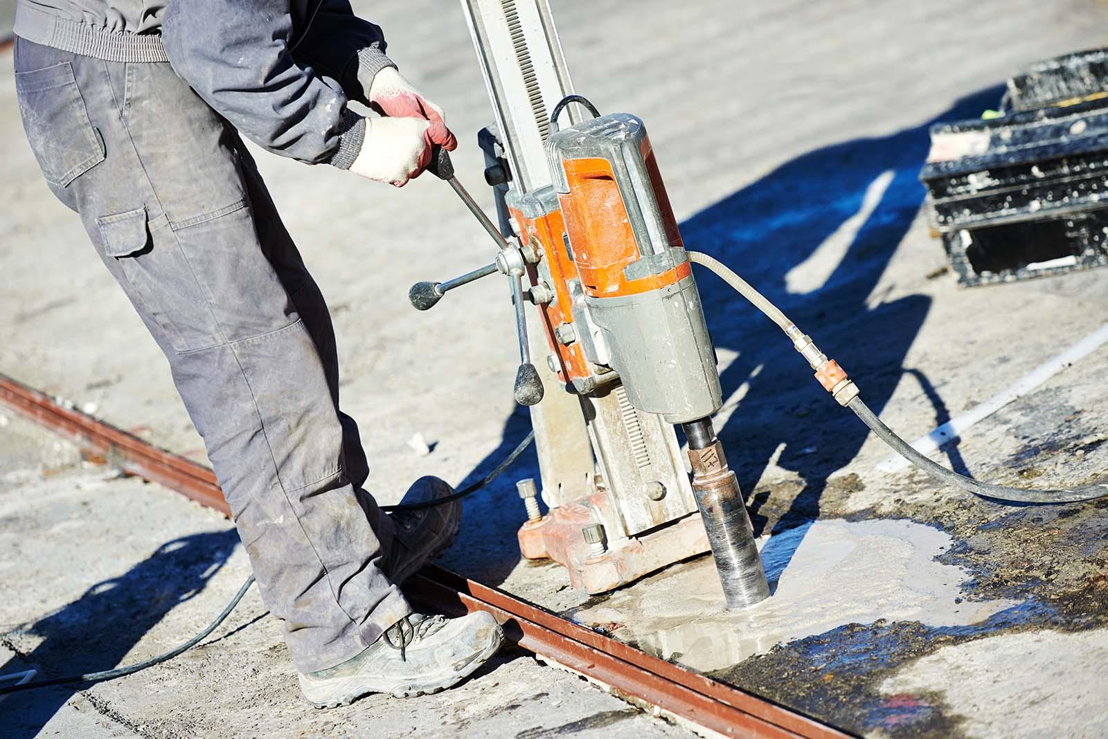 Som specialist på betonghåltagning kan vi borra hål i både väggar och golv med en kärnborr som den här!