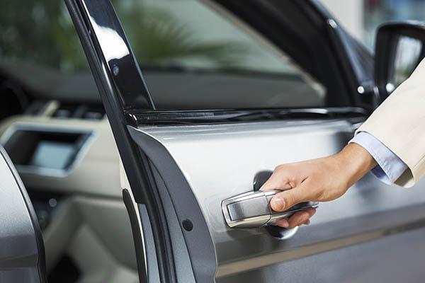 öppnad dörr på ny bil hos bilhandlare Borås