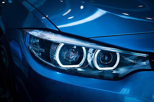 närbild blå bil hos bilhandlare Borås