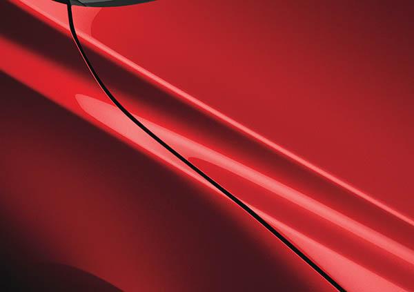 nylackad bil i rött
