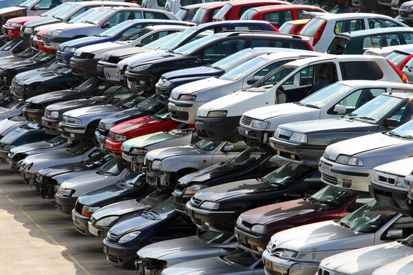 Många olika bilar