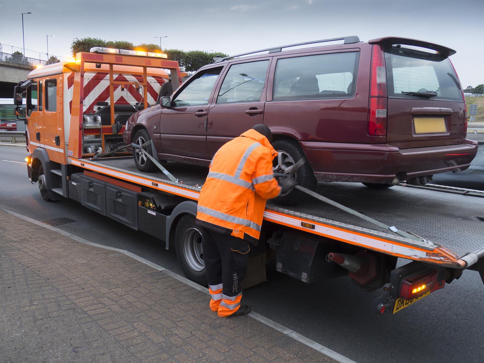 Har du en gammal bil som du vill bli av med så hämtar vår bilskrot i Sörmland den åt dig och skrotar den.