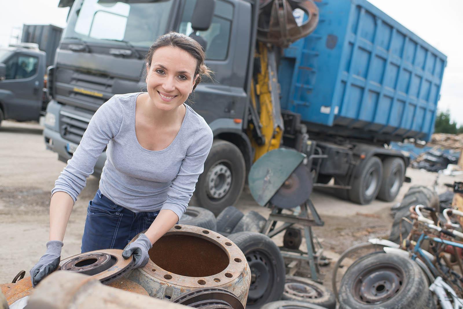 Vår personal jobbar för att ni ska få så bra service som möjligt på vår bilskrot i Sörmland.