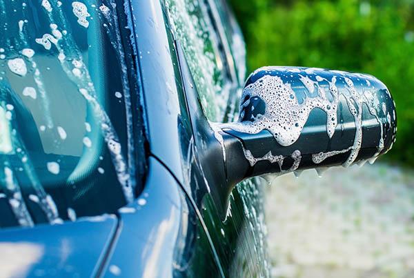 ren bil med lödder utomhus vid biltvätt i Helsingborg