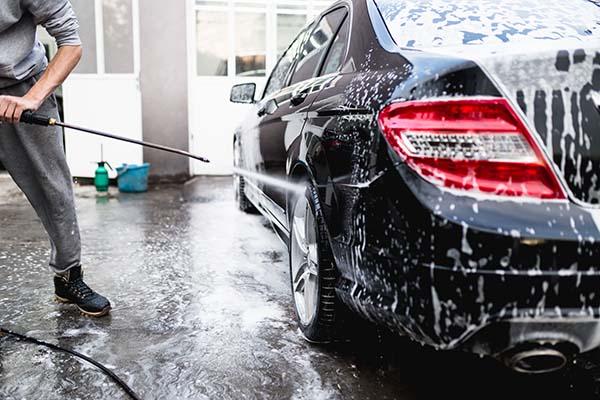 noggran tvätt av bil med högtryckstvätt