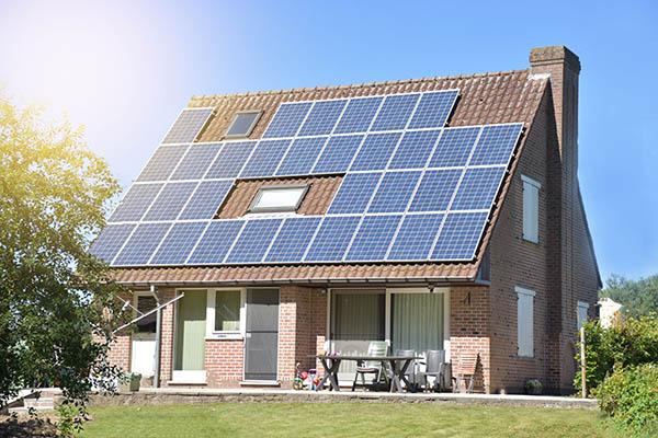 husdröm med solceller på taket