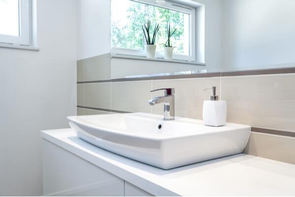 Modern badrum med en fin stilig kran