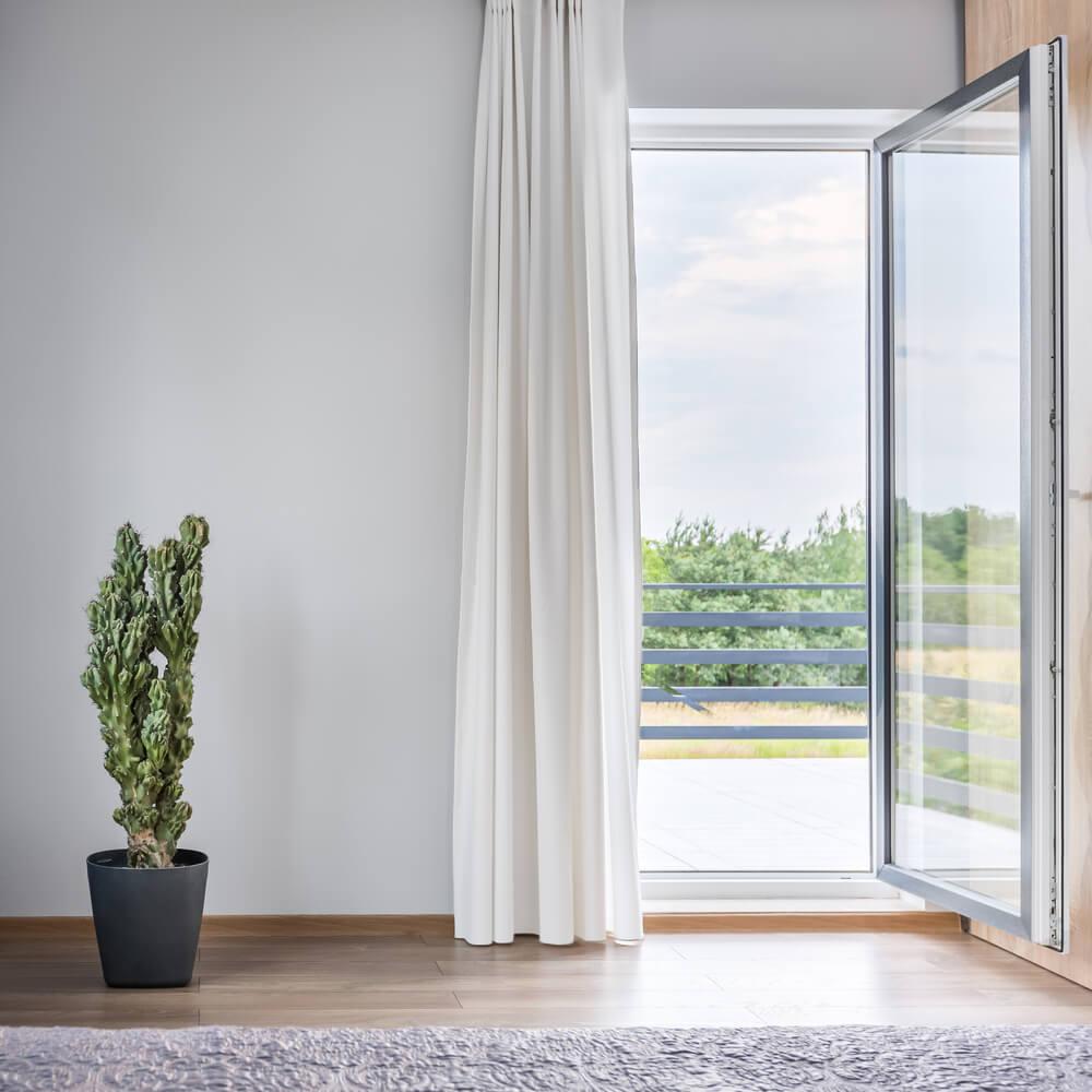 öppen balkongdörr i lägenhet