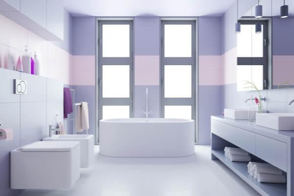 Rosa, lila och vit badrum.