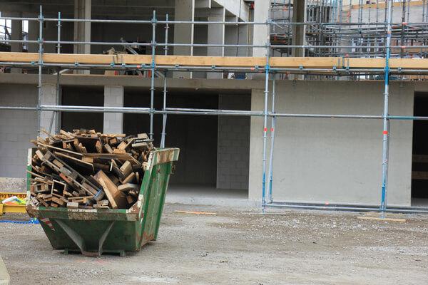 Conteiner med massor träplankor i