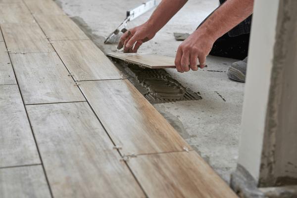 Arbetare lägger golv