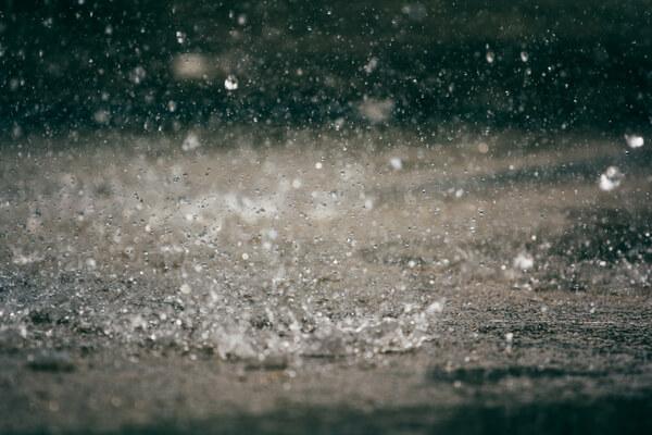Regnar kraftigt ner på marken