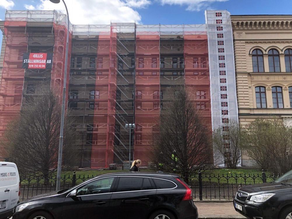 Byggställning i Stockholm, på en äldre byggnad vid en gata.