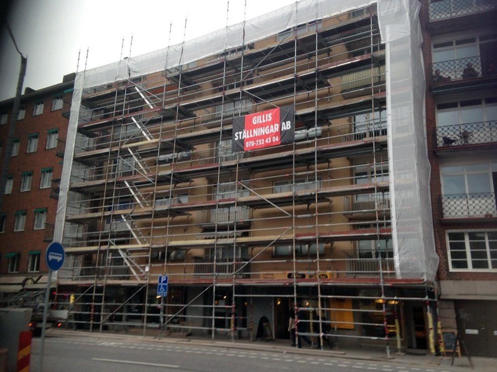 Byggställning i Stockholm, på en byggnad på en stadsgata.