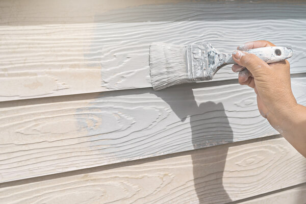 Måla plankor med grå färg