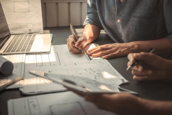 En arkitekt arbetar