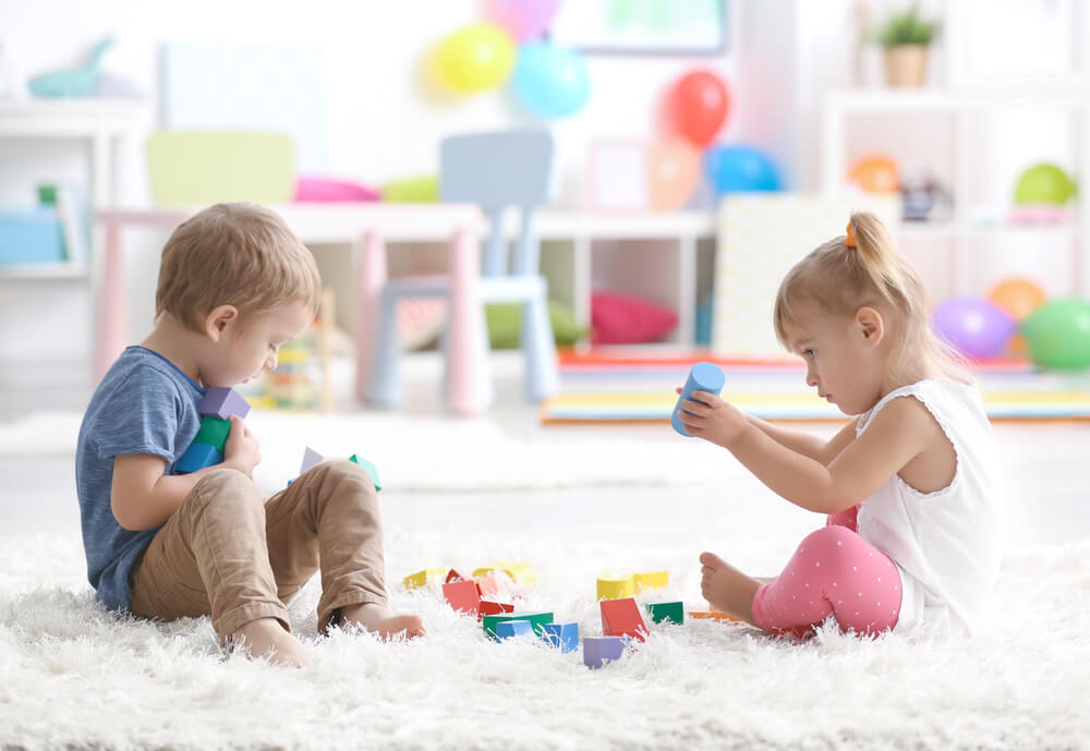 barn leker med klossar