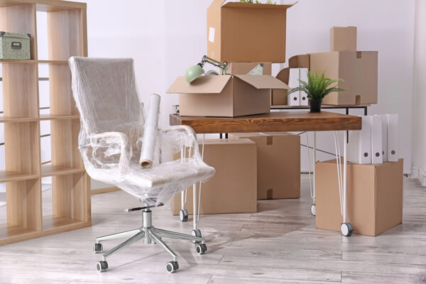 Litet kontor flyttar, redo och packat klart. Kartonger, stol och kontor verktyg.