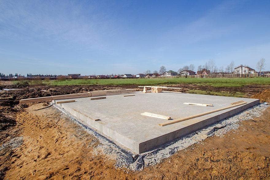 En husgrund i form av en bottenplatta i betong.