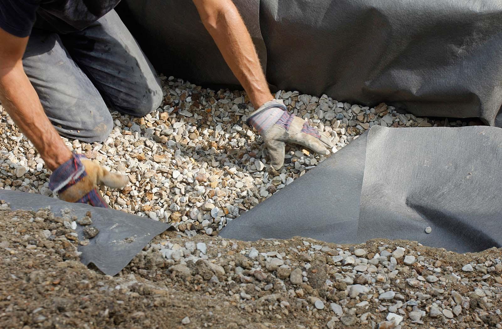 Vi hjälper dig med dräneringi Stockholm! Så här kan det se ut när vi dränerar. En fuktsäker dränering med hjälp av stenar och grus.