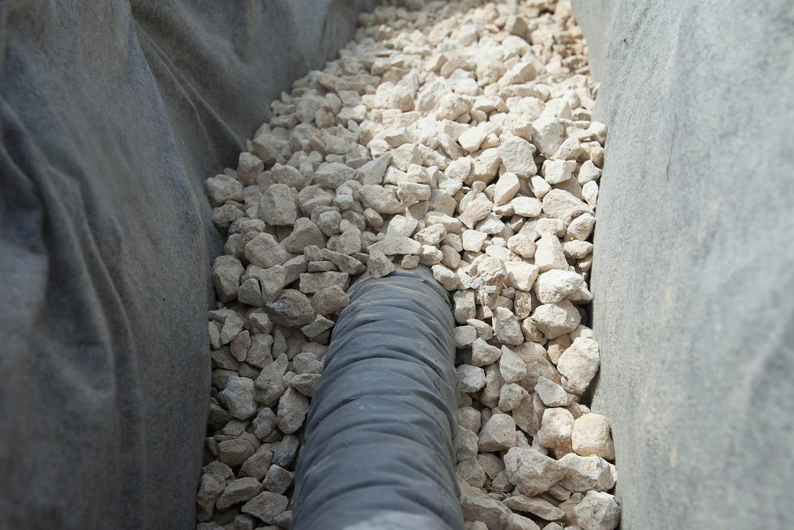 Vi är experter på dränering i Stockholm och kan utföra all typ av dränering oavsett dräneringssystem. Som här – en dränering med stenar.