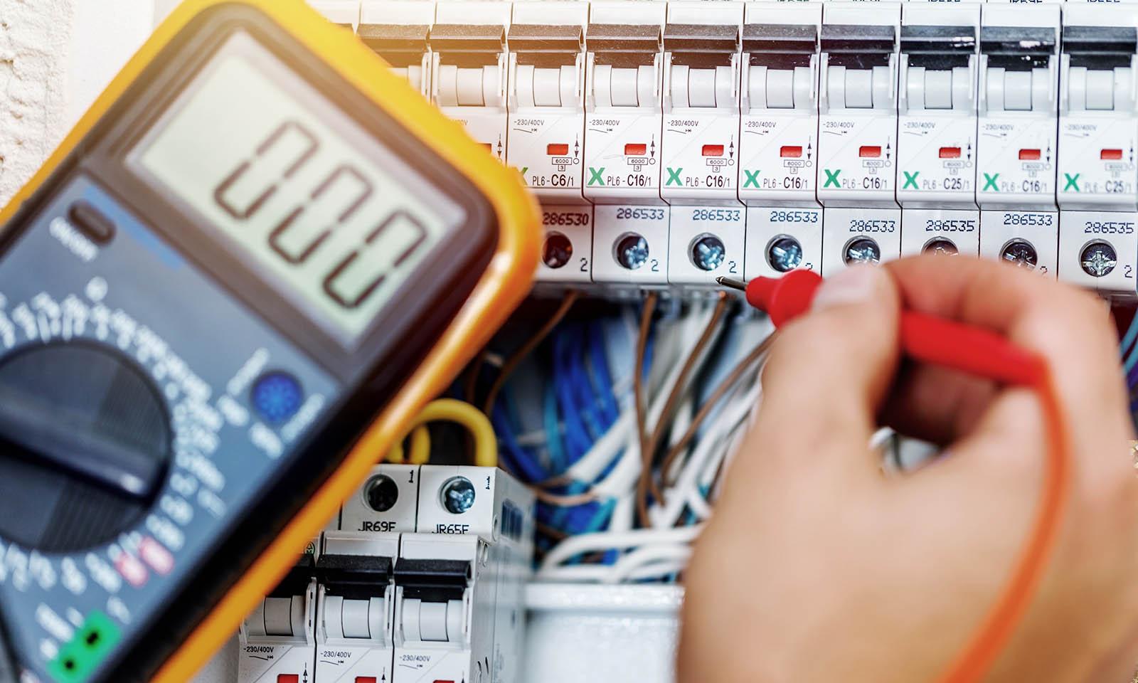 Elektriker i Eskilstuna arbetar med elinstallation.