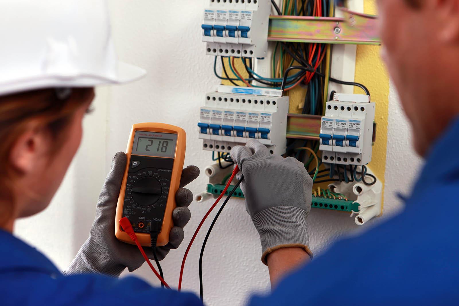 Elektriker i Eskilstuna arbetar med installation.