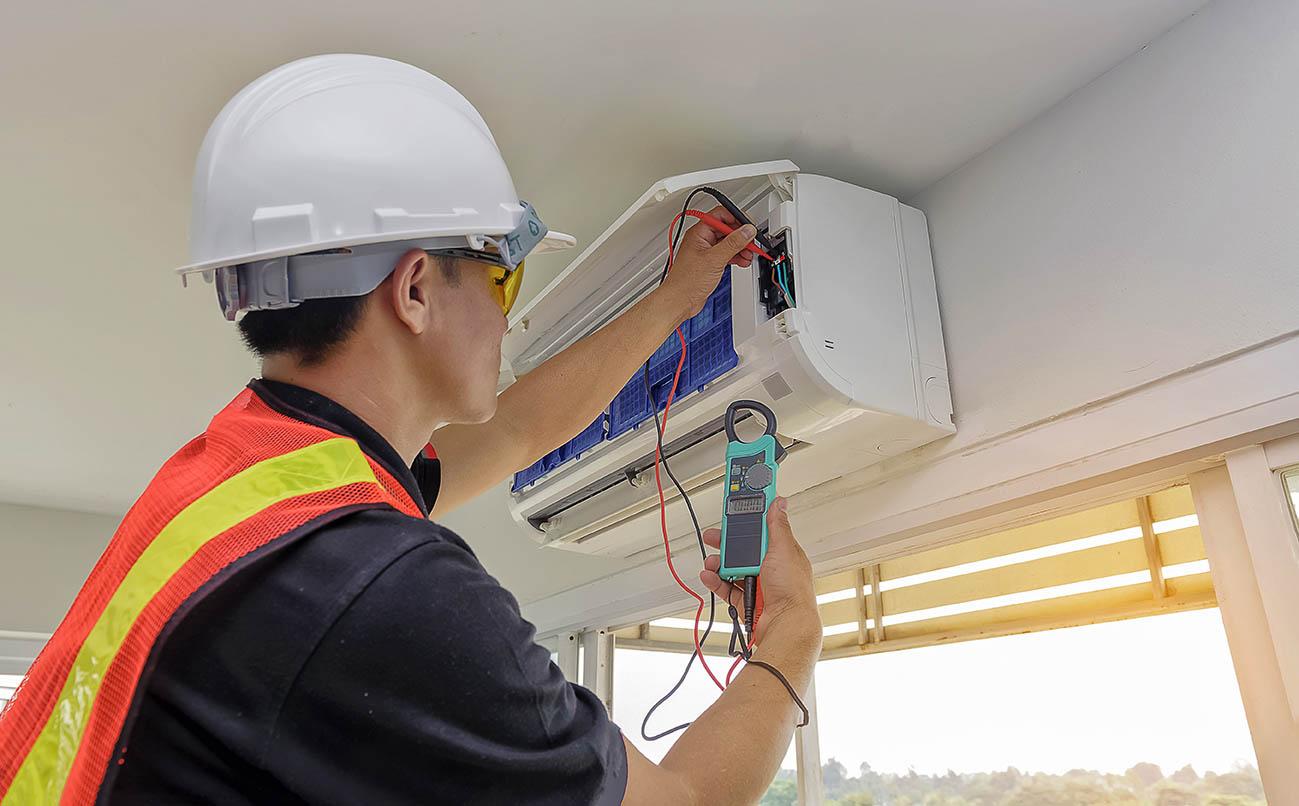 Elektriker lagar luftkonditionering.