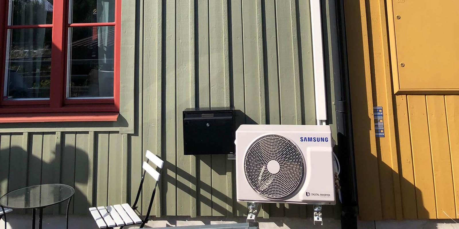 Värmepump på husvägg.