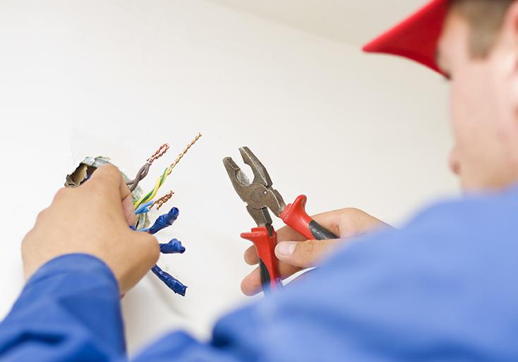 Elektriker i arbete