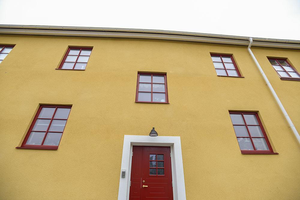 Huset på Lohegatan fick energieffektivisering med hjälp av nya fönster, bland annat.